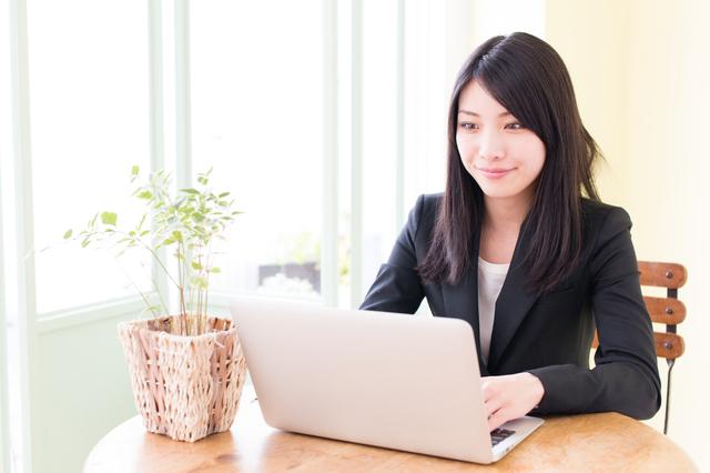 女性パソコン